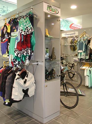 Arredamento negozi di articoli sportivi arredo negozi for Negozi di arredamento toscana